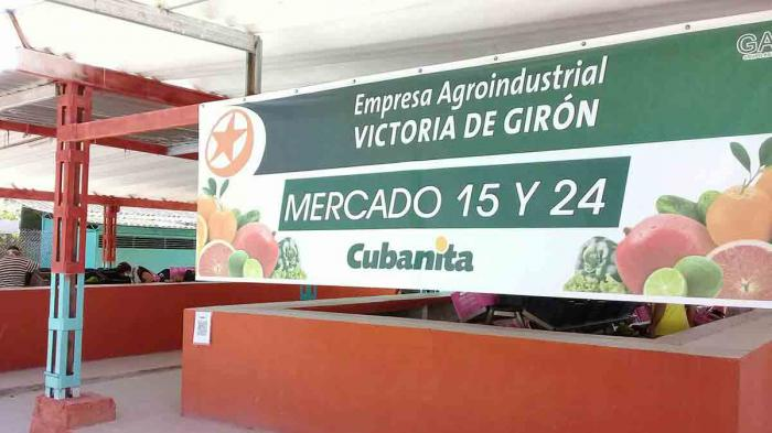 At the central corner of 15 and 24, in the Plaza de la Revolución municipality, residents organized to buy food and fruits at the new type of State Agricultural Market created there, which is part of 47 that will open in the capital.